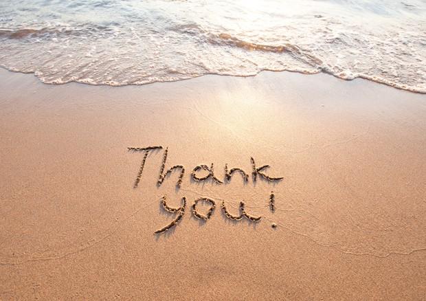 gratitudine-ringraziamento-thank you-spiaggia-scritta-sabbia-onde-mare