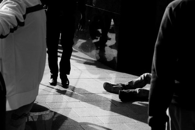 indifferenza-spettatori-apatia-soccorso-aiuto-bisognoso-strada